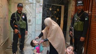 Dans certaines régions du Pakistan, la police est obligée de monter la garde pour que la vaccination se déroule correctement.