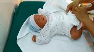 Từ vải cũ thành quần áo cho trẻ sơ sinh