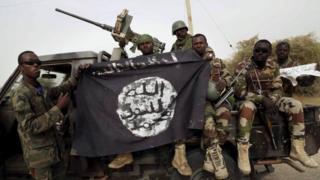 Soldats nigérians brandissant un drapeau Boko Haram capturé en 2015