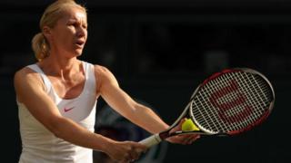 La joueuse de tennis tchèque Jana Novotna face à l'américaine Martina Navratilova (invisble sur cette photo) lors du match de double féminin contre l'Africaine Ilana Kloss et l'Américaine Rosalyn Nideffer lors des Championnats de tennis de Wimbledon le 30 juin 2010