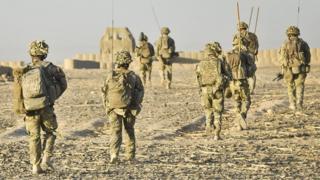 حدود چهارصد مترجم سابق ارتش بریتانیا از افغانستان به این کشور منتقل شده اند