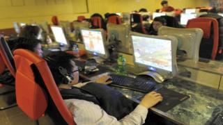 صينيون يستخدمون الانترنت