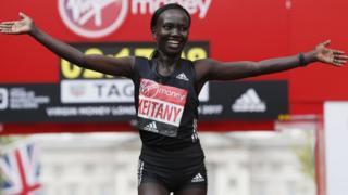 Лондонский марафон-2017: бегунья из Кении Мэри Кейтани заняла 1-ое место в женском забеге и поставила рекорд - 2 часа 17 мин 01 сек - это самый высокий показатель в женском забеге