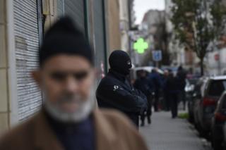 Man and policeman in Molenbeek 16 November 2015