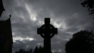 Cruz de piedra en contraste con el cielo