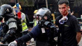Seorang demonstran ditangkap saat meninggalkan kampus.