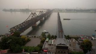 Cầu bắc qua sông Yalu gần Dandong.