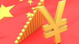 Bandera de China con el símbolo de su divisa, el Renminbi cuya unidad básica es el yuan.