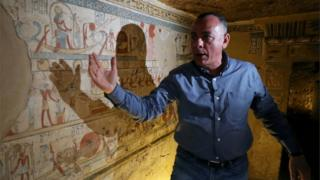Mostafa Waziri presents the walls of the tomb, which are decorated in paintings
