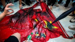 Người biểu tình Hong Kong giẫm đạp và bôi bẩn quốc kỳ Trung Quốc