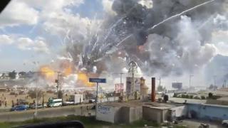 Пожар привел к взрыву сотен фейерверков