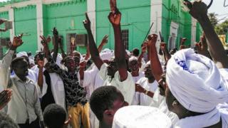 محتجون سودانيون يدعون البشير للتنحي