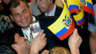 El presidente ecuatoriano Rafael Correa sonríe ante las cámaras cuando le toman un selfie.