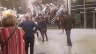 Pessoas correm para deixar Manchester Arena