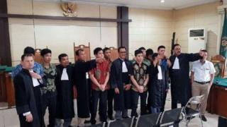 นักเรียนนายร้อยตำรวจรุ่นพี่พร้อมทนายรวมกัน หลังฟังคำพิพากษาศาล