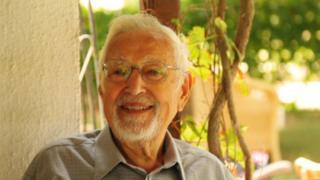 ابراهیم یزدی هنگام مصاحبه با بی بی سی فارسی در ازمیر