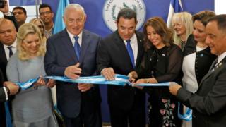 El presidente de Guatemala, Jimmy Morales, inaugurando la embajada de Guatemala en Jerusalén junto a Benjamin Netanyahu.