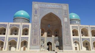 उज़्बेकिस्तान में इस तरह की सैकड़ों मस्जिदें हैं जहाँ साल में कई महीने घरेलू और विदेशी तीर्थयात्रियों का मजमा लगा रहता है.