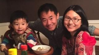 ژیائو وانگ، محقق چینی تبار درکنار همسر و فرزندش