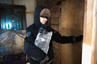 Ayal carries a block of ice that will be melted inside his house. Running water, which transits at very high temperatures to prevent the pipes from freezing, is not drinkable.