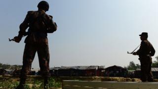 ทหารเมียนมาประจำการเฝ้าระวังตามแนวพรมแดนที่ติดกับบังกลาเทศซึ่งผู้ลี้ภัยชาวโรฮิงญาตั้งค่ายพักอยู่