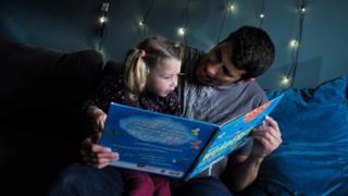 Ребенок с книжкой