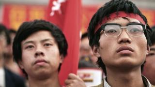 Hai sinh viên tham gia Phong trào sinh viên mùa hè 1989 đứng lắng nghe một lãnh đạo sinh viên phát biểu tại Quảng trường Thiên An Môn