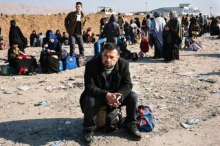 Refugiado iraquí, que escapó de la violencia de Estado Islámico en Mosul, espera ingresar a un campo de refugiados en Bartella, en el norte de Irak.