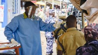 Un médecin vérifie la température de congolais à Mpondwe, dans l'ouest de l'Ouganda, à la frontière de la RDC.