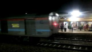逆走していた列車は、鉄道会社の従業員が線路上に置いた岩で止まった