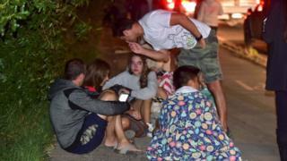 Grupo de personas sentado en la calle