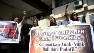 Aktivis menunjukkan spanduk di depan sel tempat ditahannya warga Australia, Robert Andrew Ellis, sebelum menjalani sidang kasus pedofilia di Denpasar, Juli 2016.