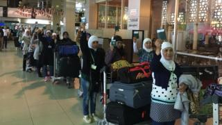 Kedatangan para TKW di bandara Soekarno Hatta -bukan W yang jadi tokoh dalam laporan ini.