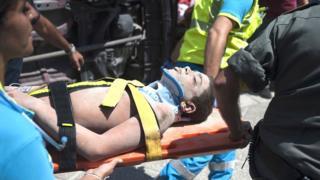 Un niño es sacado en camilla de entre los escombros tras el terremoto de Ischia en Italia