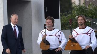 президент Путин на ВДНХ и два музыканта