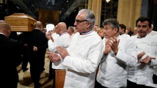 Reconocidos chefs como (de izquierda a derecha) Alain Ducasse, Regis Marcon y Yannick Alleno aplauden al ver pasar el cajón.