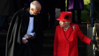 Священник и Елизавета II