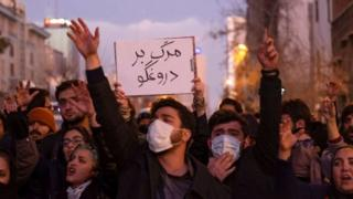 Por qué el derribo del avión ucraniano en Irán puede agudizar la profunda crisis que vive ese país - BBC News Mundo