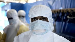 Hombre cubierto contra el ébola.