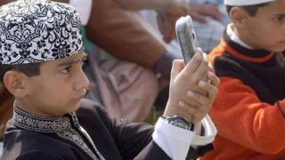 मोबाइल इस्तेमाल करते बच्चे