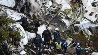 Grupo de rescate trabajando en el lugar del accidente.