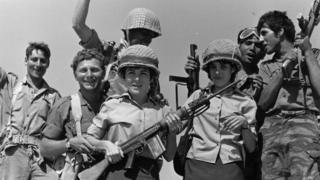 Израильские солдаты торжествуют победу в Шестидневной войне (Синайский полусотров, 13 июня 1967 года)