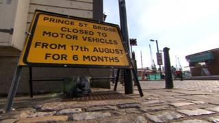 Closed sign Prince St Bridge