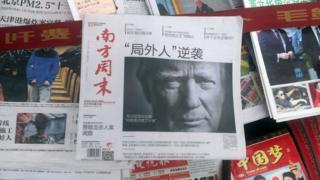 Una foto de Donald Trump en un periódico chino