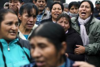 Familiares de las víctimas de la masacre de Accomarca esperan el fallo fuera del tribunal el 31 de agosto de 2016.