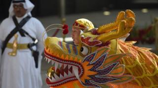 Dragón chino y guerrero árabe.