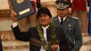 Evo Morales promulgando la ley de la coca