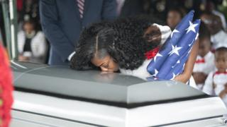 Widow of US soldiers wey die for Niger dey kiss coffin