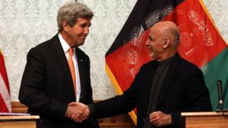 US Secretary of State John Kerry (L) and Afghan President Ashraf Ghani during a joint press conference in Kabul, Afghanistan, 09 April 2016.