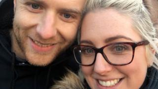 Ashleigh Topley con su marido
